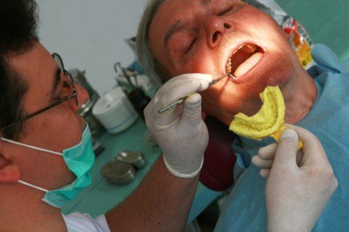 Стоматолог делает слепок