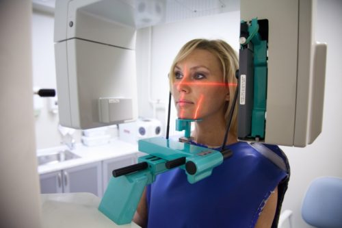 Рентгенологический аппарат при ортопантограмме зубов действут по кругу