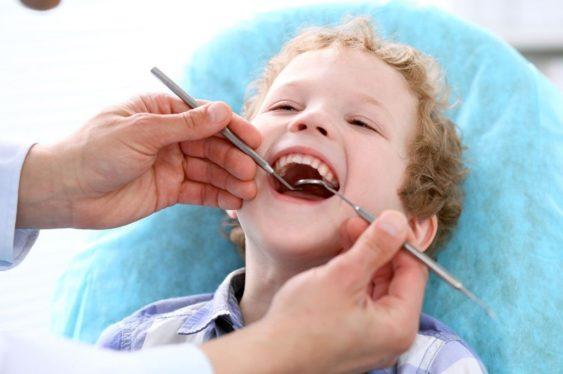 Молочные зубы нужно лечить, чтобы их сменили здоровые постоянные единицы