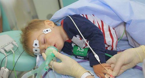 За состоянием ребенка под наркозом следит анестезиолог