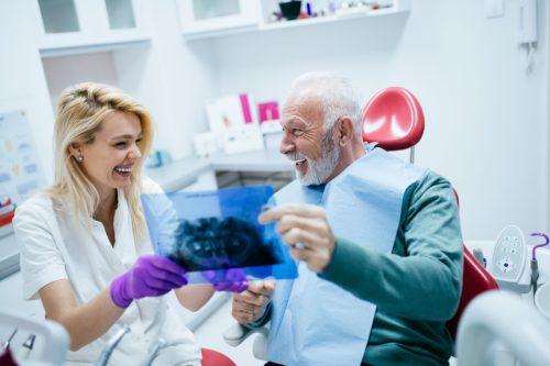 Имплантолог поможет выбрать оптимальную схему установки имплантов