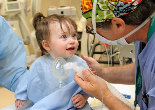 Малышам до 3-х лет показано лечение зубов под наркозом