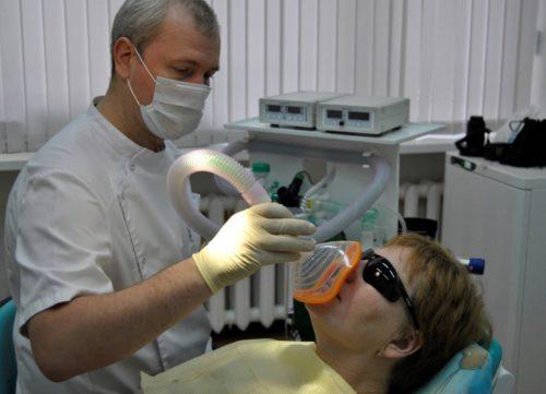 Анестезиолог проводит погружение в общий наркоз